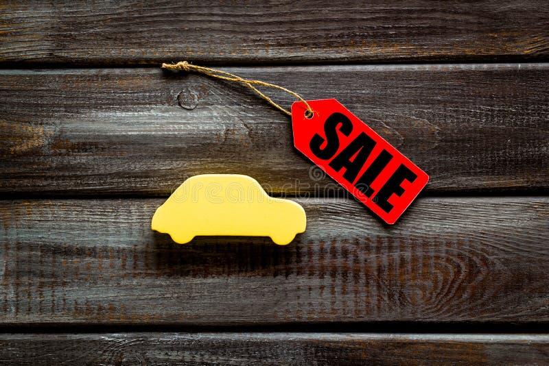 Le etichette e l'automobile di vendita dipendono la vista superiore del fondo di legno fotografia stock libera da diritti