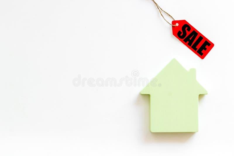 Le etichette e la casa di vendita dipendono la derisione bianca di vista superiore del fondo su fotografia stock libera da diritti