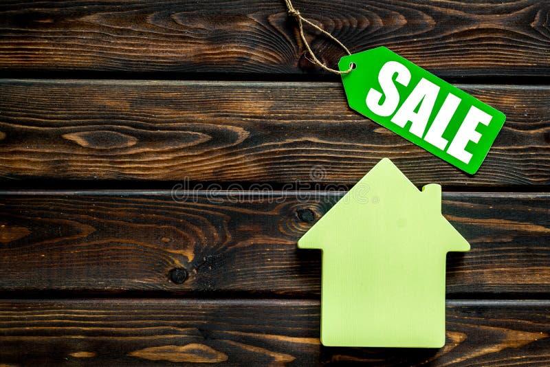 Le etichette e la casa di vendita dipendono la derisione di legno di vista superiore del fondo su fotografia stock