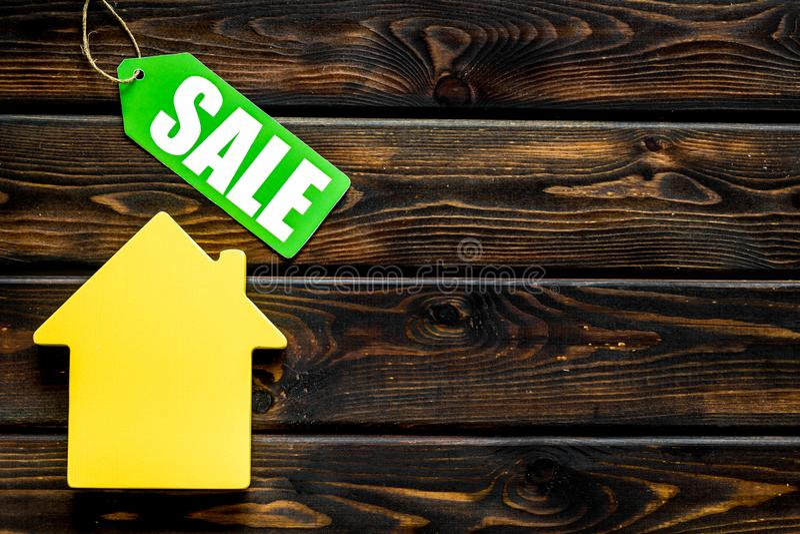Le etichette e la casa di vendita dipendono la derisione di legno di vista superiore del fondo su fotografie stock