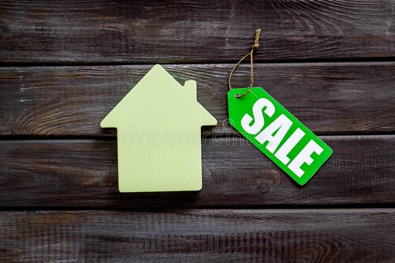 Le etichette e la casa di vendita dipendono la vista superiore del fondo bianco immagini stock