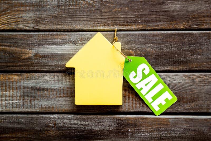 Le etichette e la casa di vendita dipendono la vista superiore del fondo di legno fotografie stock