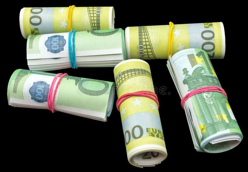 Le euro banconote dei soldi rotolano sul nero fotografia stock libera da diritti