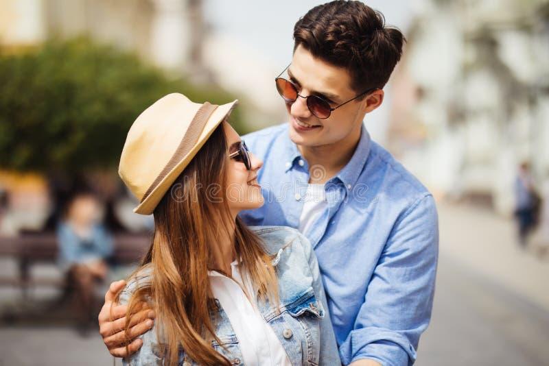 Le förälskade par utomhus Unga lyckliga par som kramar på stadsgatan royaltyfri bild