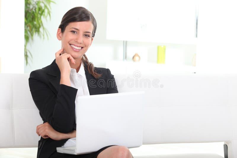 le för affärskvinnadatorbärbar dator arkivbilder