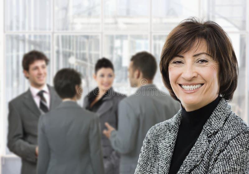 le för affärskvinnapensionär arkivfoto
