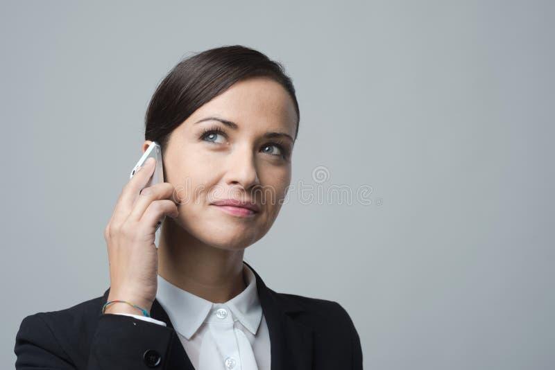 le för affärskvinnatelefon arkivfoto