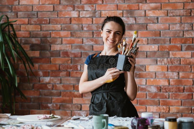 Le för arbetsplats för målare för kvinna för hjälpmedelkonsttalang arkivbild