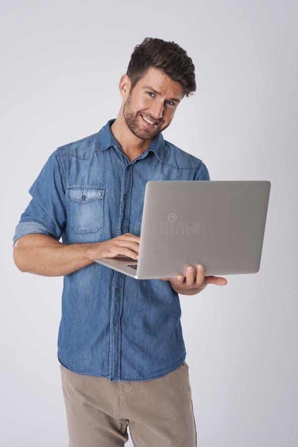 le för bärbar datorman royaltyfri foto