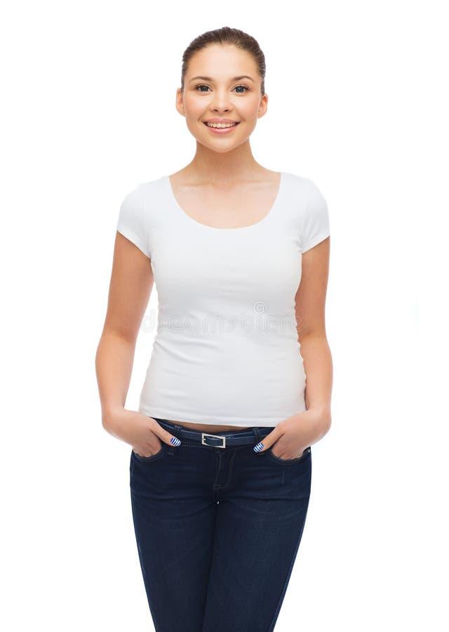 Le för blankovit för ung kvinna t-skjortan royaltyfri bild