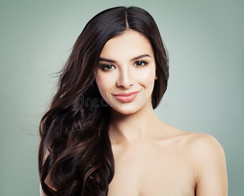 Le för brunetthårkvinna Naturlig makeup och långt hår royaltyfria foton