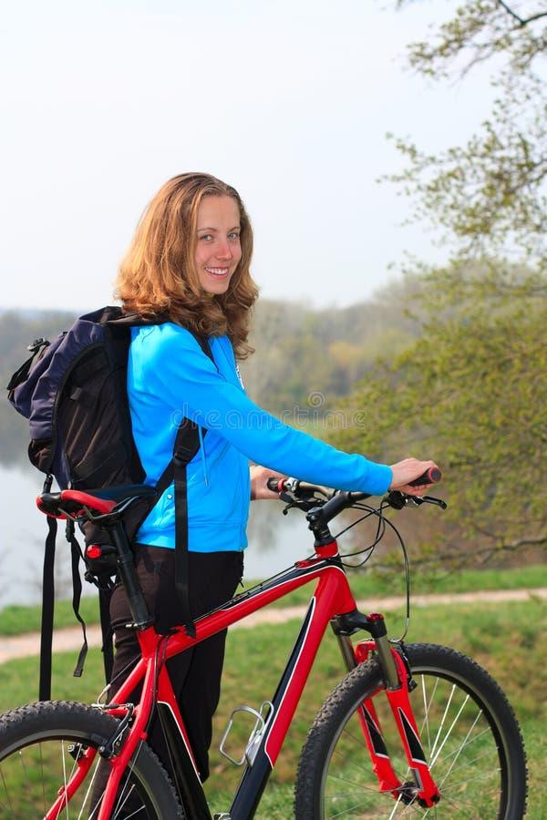 le för cyklistflicka royaltyfria bilder