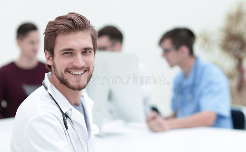 le för doktorsstående fotografering för bildbyråer