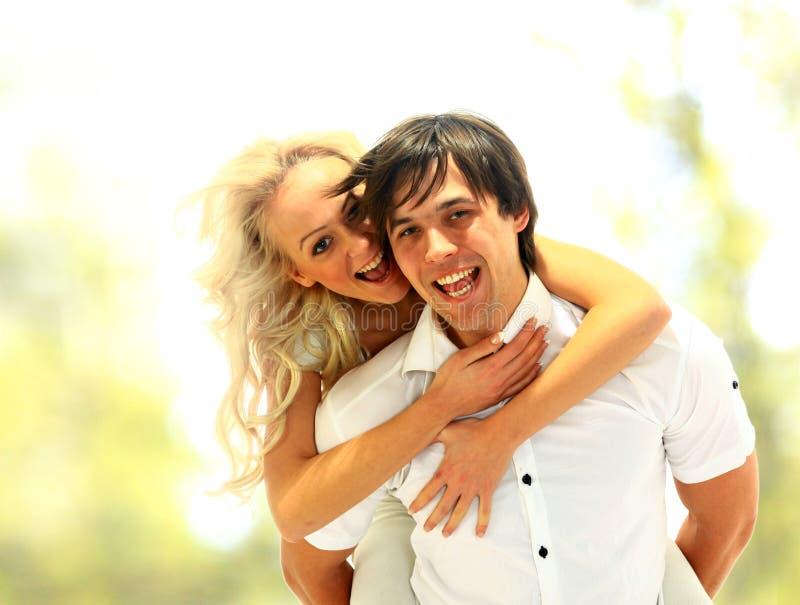 le för förälskelse för par lyckligt arkivbild