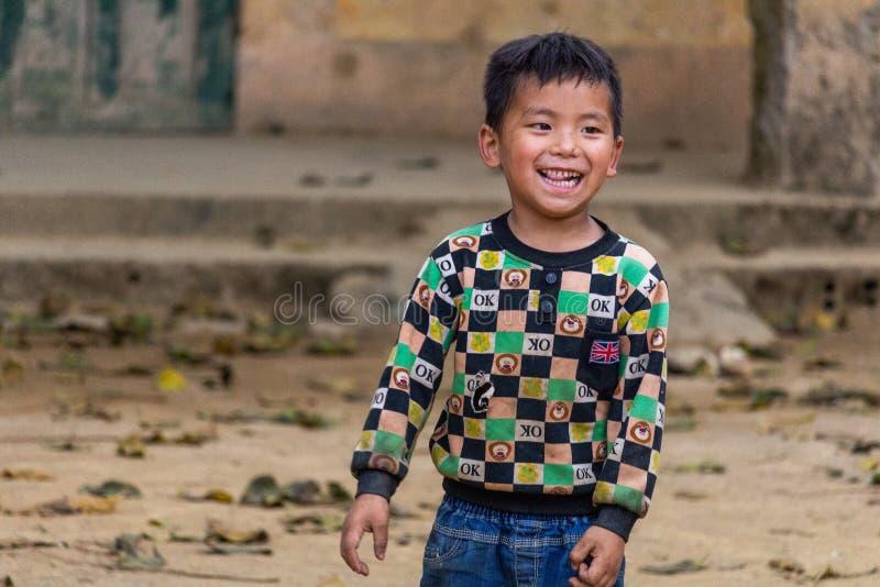 Le för Hmong etnhic minoritetbarn royaltyfri fotografi