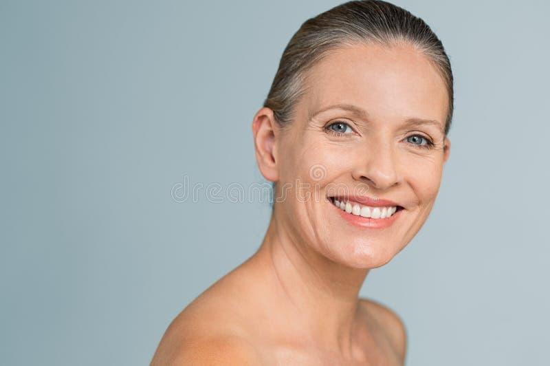 Le för kvinna för skönhet moget åldrigt arkivfoto