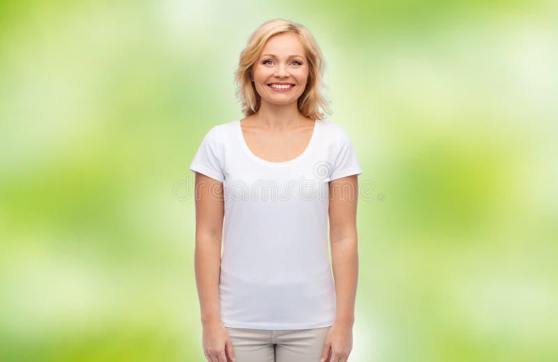 Le för kvinnablanko för mitt den åldriga t-skjortan för vit royaltyfria foton