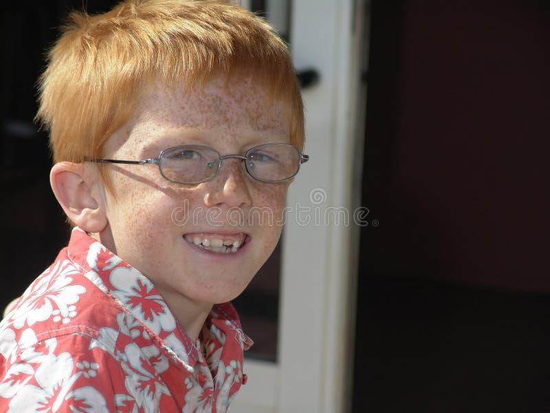 le för pojkefräknar royaltyfri bild