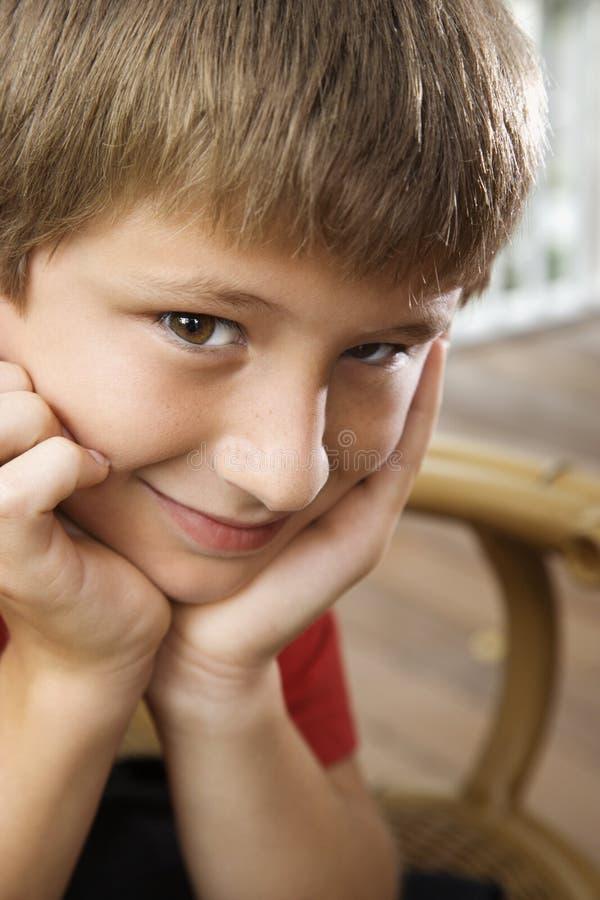 le för pojkestående royaltyfri bild