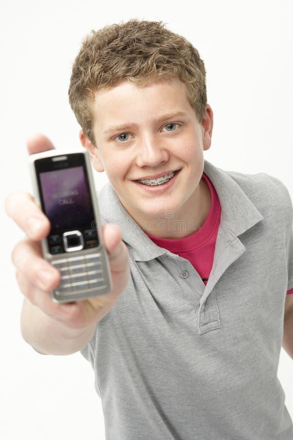 le för pojkestående som är tonårs- royaltyfri bild