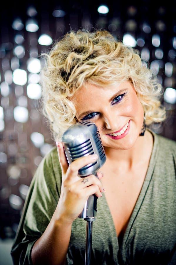 le för sångare arkivbild
