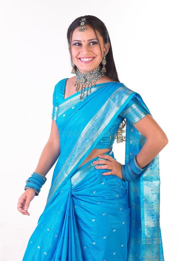 le för sari för flicka indiskt royaltyfria bilder