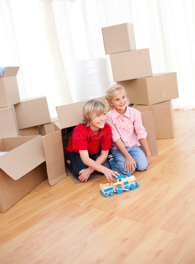 le för sibling för hus flyttande leka royaltyfri bild
