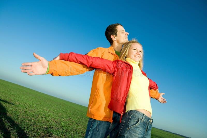 le för sky för par klipskt lyckligt fotografering för bildbyråer