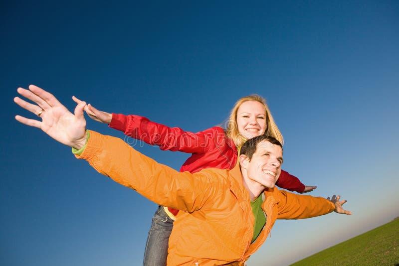 le för sky för par klipskt lyckligt arkivbild