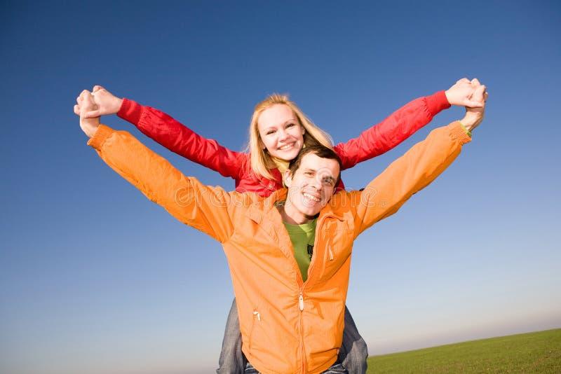 le för sky för par klipskt lyckligt arkivfoton