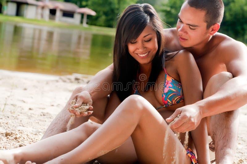 le för strandpar royaltyfri fotografi