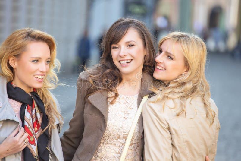 Le för tre ungt härligt damer royaltyfria foton