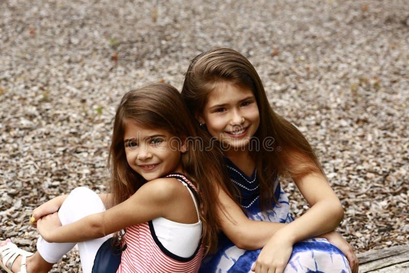 Le för två ungt mång--person som tillhör en etnisk minoritet flickor arkivbild