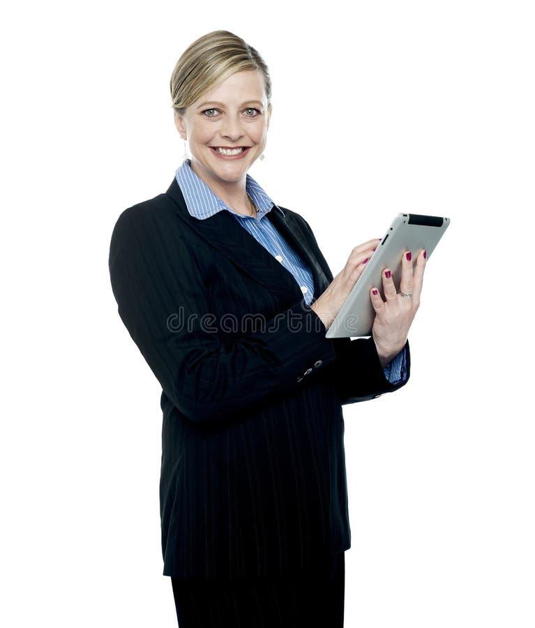 Le företags kvinna som använder den trådlösa tabletPCen arkivfoton