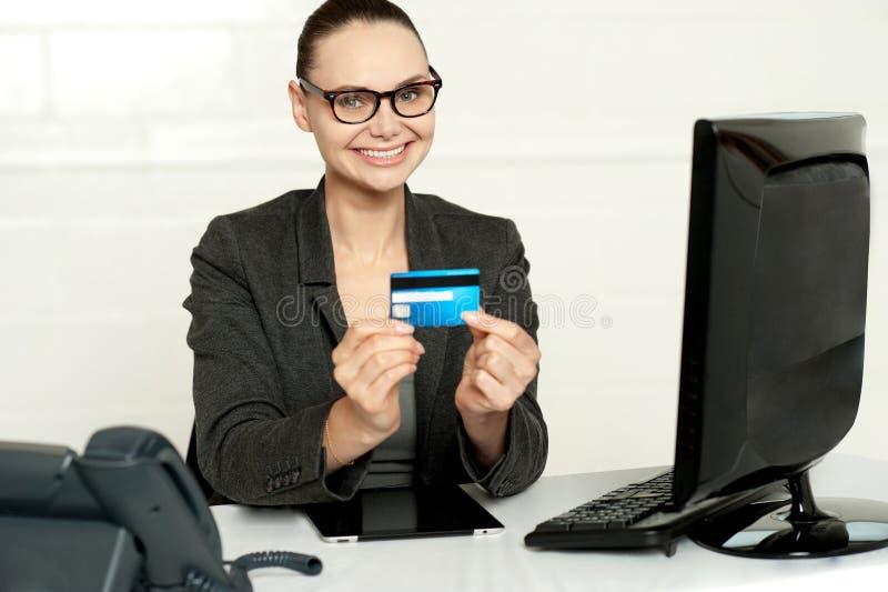 Le företags lady som visar kreditkorten royaltyfri bild