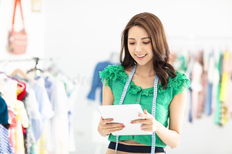 le försäljningsassistenten i klädlager royaltyfri foto