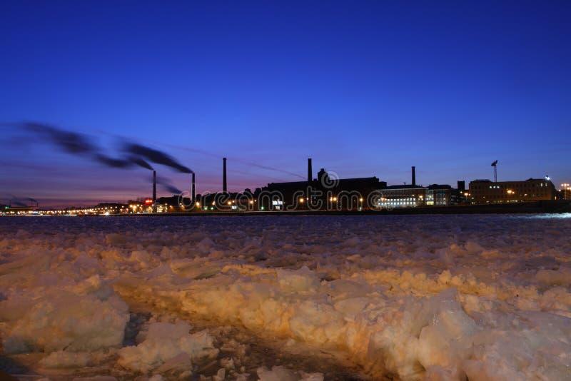 Le fabbriche industriali sulla banca di fiume Neva fotografie stock