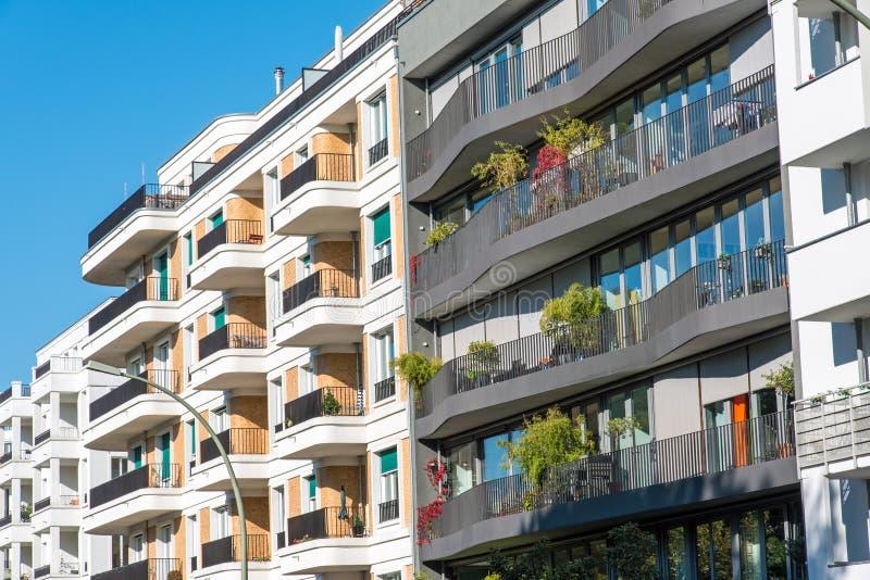 Le facciate di alcune case moderne immagine stock for Facciate case moderne