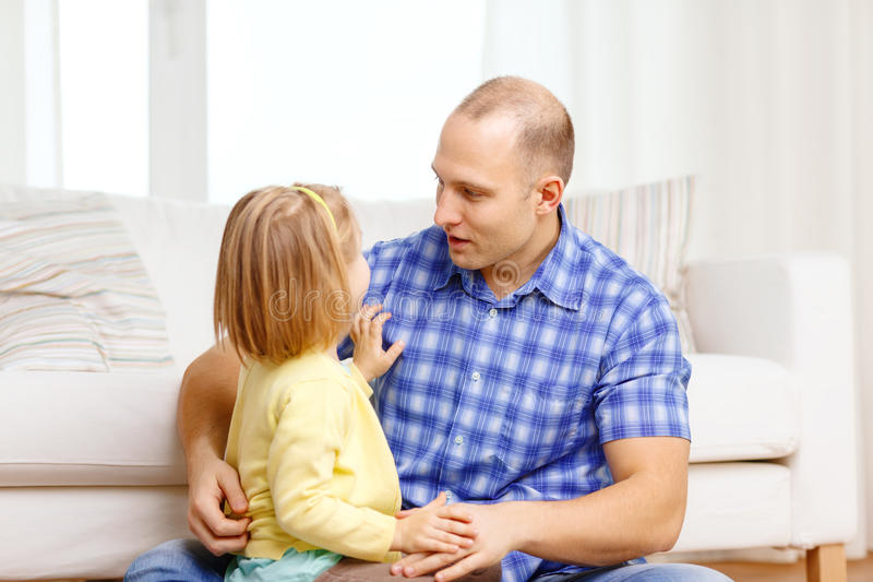 Le fadern och dottern som hemma spelar royaltyfri bild