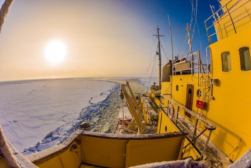 Le faible soleil polaire en Laponie photo stock