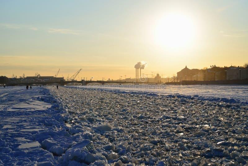Le fairway congelé sur la rivière de Neva va au coucher du soleil à l'Annun photographie stock libre de droits
