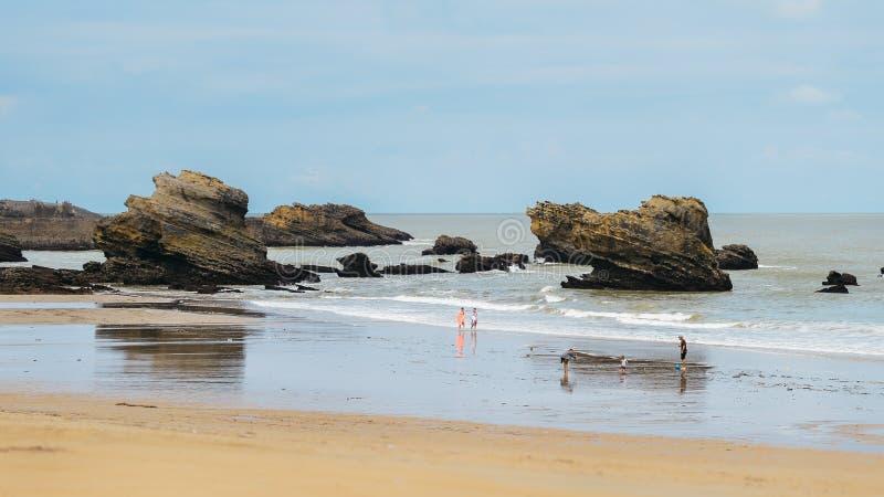 Le famiglie si rilassano alla spiaggia grande del flocculo a Biarritz, Aquitaine France, una stazione turistica popolare sul Golf immagini stock libere da diritti