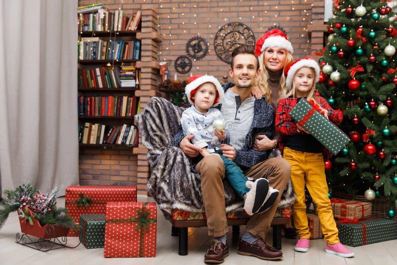 Le familjen i julgran arkivbild