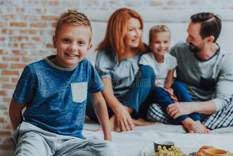 Le familjen som har frukosten tillsammans i morgon royaltyfri fotografi