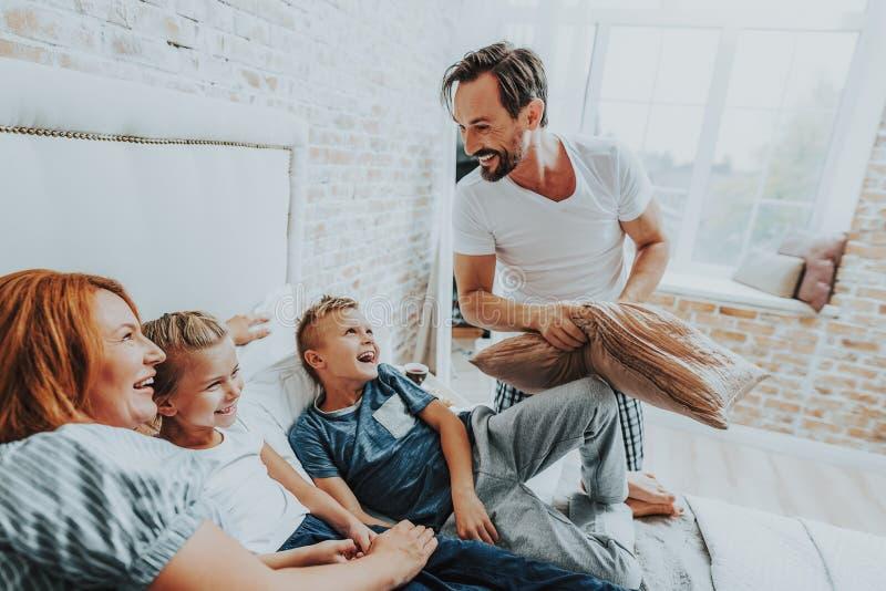 Le familjen som har roligt tillsammans i morgon royaltyfria bilder