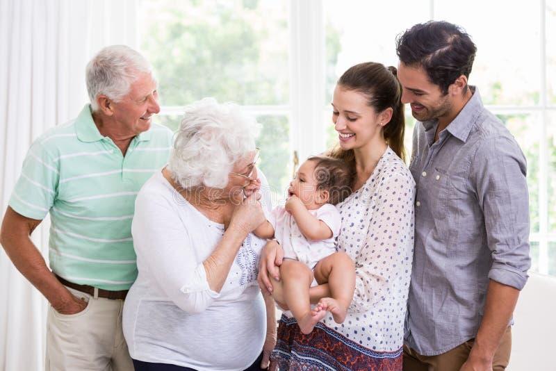 Le familjen som spelar med, behandla som ett barn royaltyfria foton