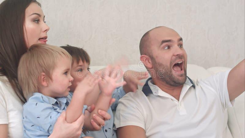 Le familjen som tar selfie i vardagsrummet royaltyfri foto