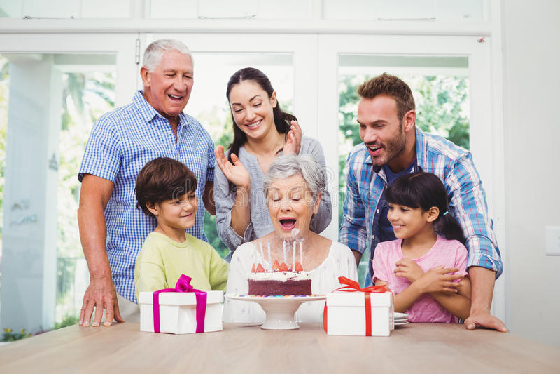 Le familjen under födelsedagpartiet av farmodern royaltyfri foto