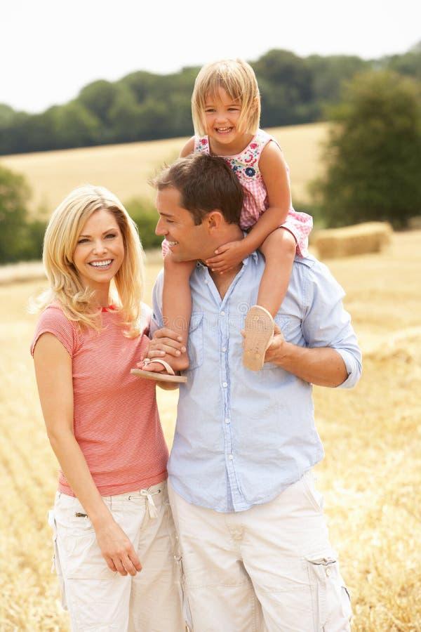 Le famille marchant ensemble par l'été a moissonné F images stock