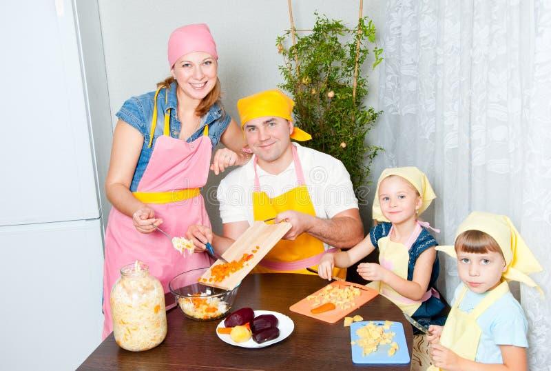 Le famille prépare une maison images libres de droits